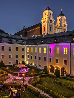 GENUSS & LEBENSFREUDE im Schloss Mondsee mit Livemusik im Schlossgarten