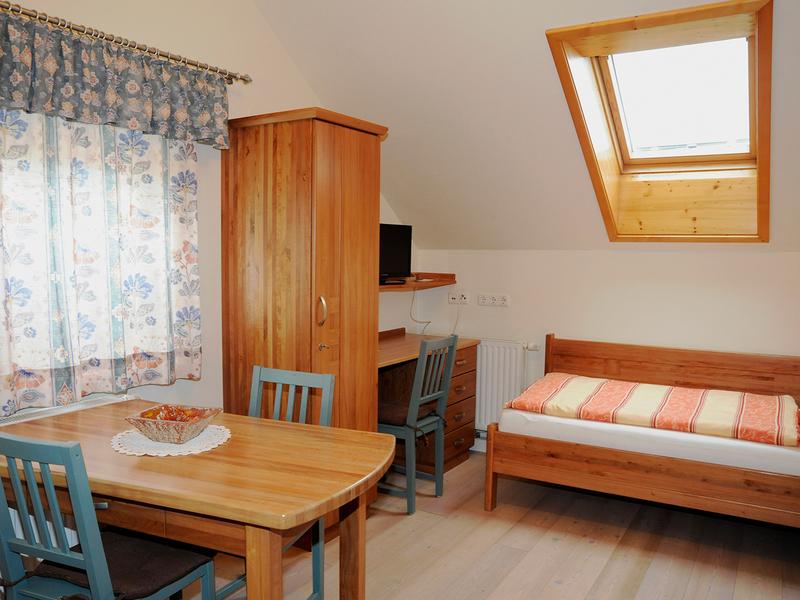 """Zimmer im Haus \""""Am Römerradweg\"""" mit Einzelbett, TV und Sitzmöglichkeit"""