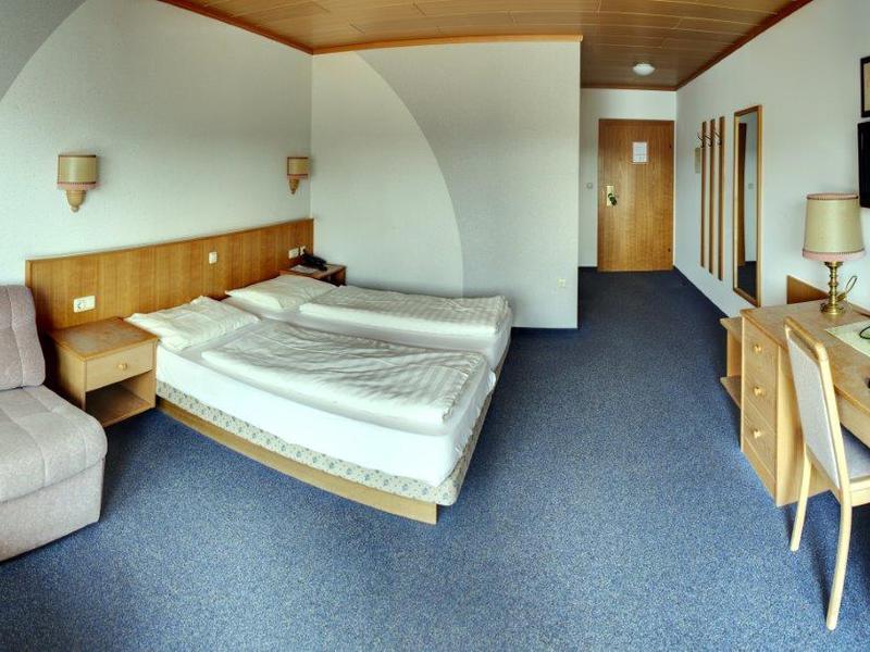 Zimmer im Gasthof Danzer mit Doppelbett, TV, Schreibtisch und Sitzgelegenheit