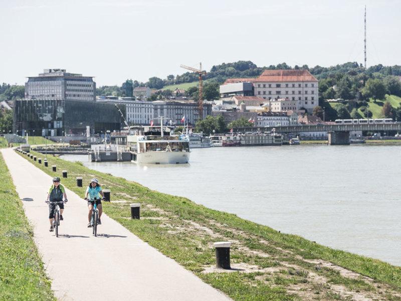 Radfahren am Donauradweg in Linz