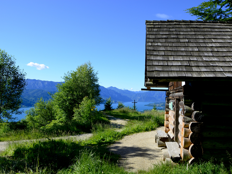 Bild zeigt Ausblick vom Buchberg mit Jagastüberl Hütte und Gipfelkreuz