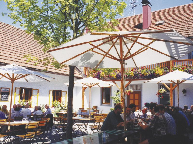"""Gastgarten im Gasthof \""""zum Mitterhofer\"""" im Sommer"""