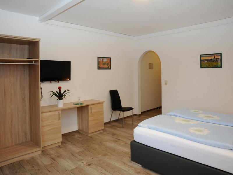 Zimmer im Gasthof Danzer mit Doppelbett und TV