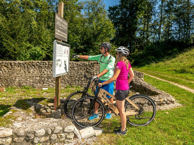 Radfahrer beim römischen Ausgrabungsort der Villa Rustica in Bad Wimsbach-Neydharting