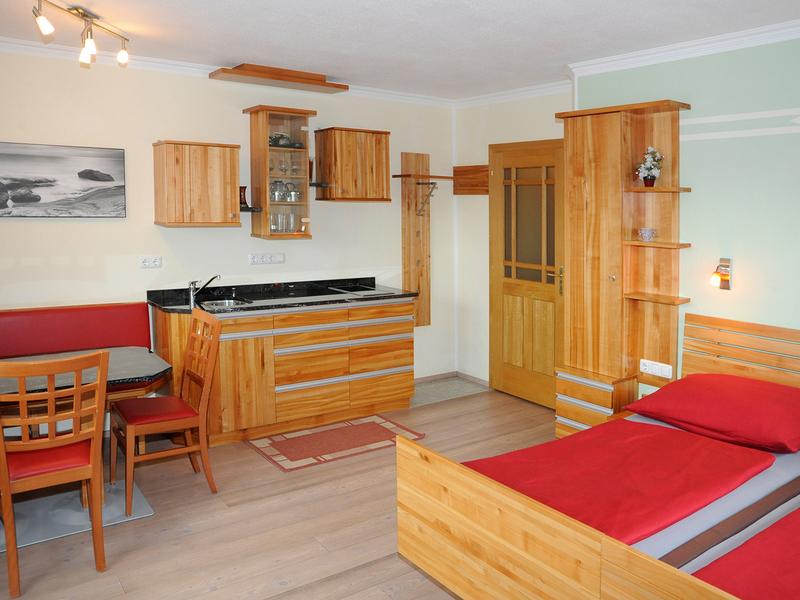 """Zimmer im Haus \""""Am Römerradweg\"""" mit Doppelbett, Essgelegenheit und Kochnische"""