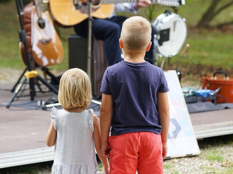 """Am abschließenden Festivaltag eröffnet ein Jazz-Brunch den """"Musical (Sun)day im Park"""" – für Familien mit Kindern und Jugendliche ein Fun-Day zum kostenlosen Musikschnuppern mit Trommeln, Singen, musikalischen Spielen und einem Mitmachkonzert zum Mitsingen und Mitklatschen mit Frenk Lebel, besser bekannt und bei Kindern allseits beliebt, als """"Brennholz Rocks"""". \n• 11:00 Uhr Jazzbrunch mit """"TRIO-Lajtman/Waldert/Lehner\"""" (HRV/AUT/DEU)\n mit Buffet des Integrationskochclubs Mattighofen\n • 13:30-16:00 Uhr Familienmusiktag mit Musik-Spielstationen und Mitmachkonzert für \n die ganze Familie mit \""""Brennholz Rocks\""""\n • 16:00 Uhr Live-Musik mit Gospelchor, LiedermacherInnen und Combos"""