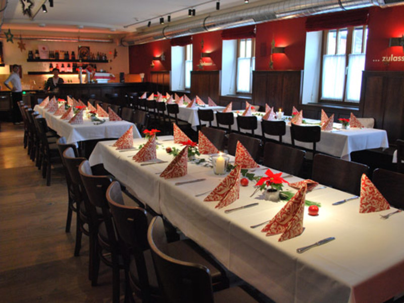 Gaststube im Hotel Gasthof Zillner's Einkehr mit gedeckten Tischen
