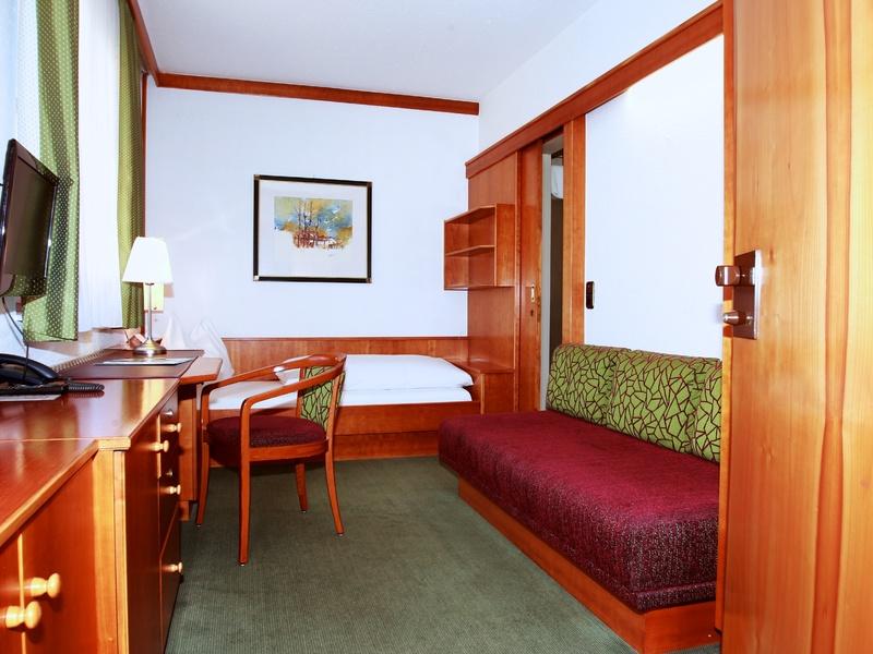 Einzelzimmer im Hotel Gasthof Zillner's Einkehr mit Einzelbett, TV und Sitzgelegenheit