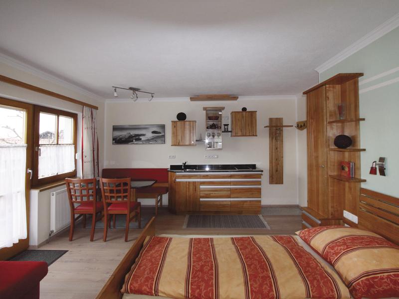 """Zimmer im Haus \""""am Römerradweg\"""" mit Doppelbett mit Essgelegenheit und Kochnische"""