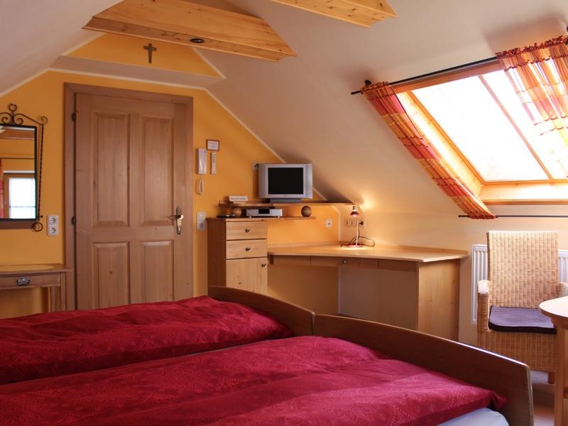 """Zimmer im Haus \""""Am Römerradweg\"""" mit Doppelbett, TV und Sitzgelegenheit"""