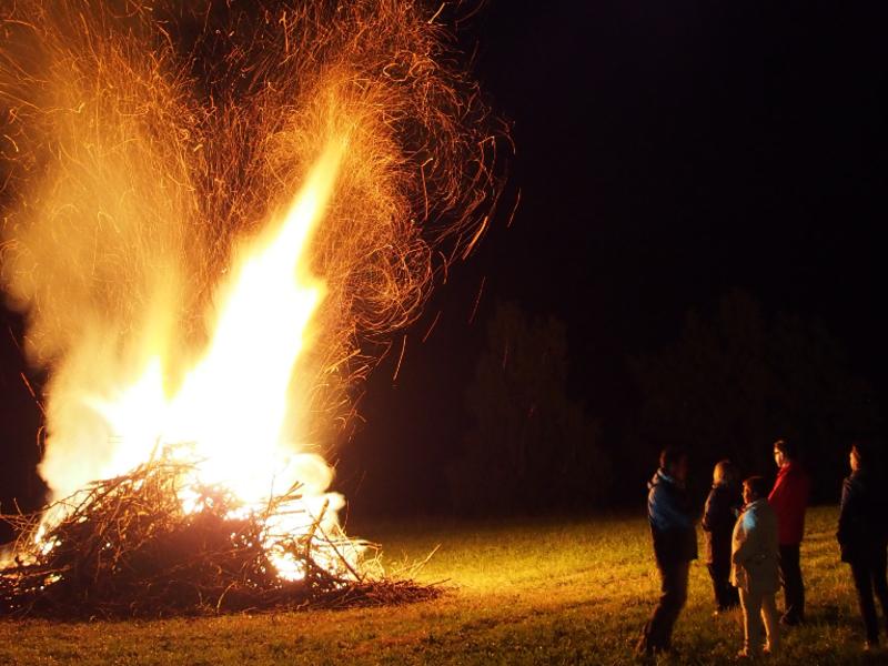 Sonnwendfeuer und Heimatabend des Trachtenvereines