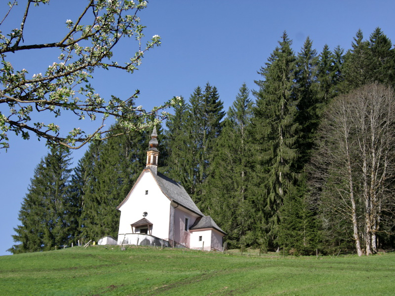 """The small pink church at the \""""Kalvarienberg\"""" (small mountain in Gosau at Dachstein)."""