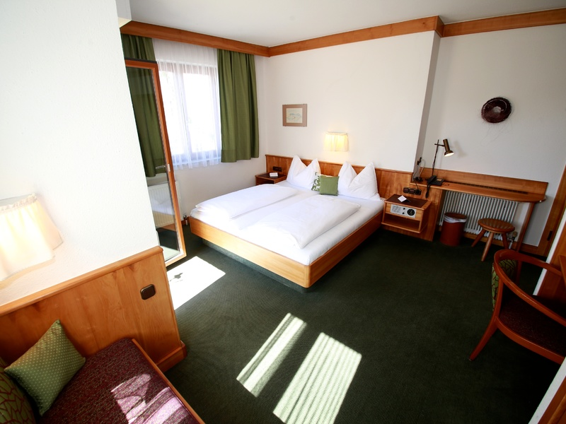 Doppelzimmer im Hotel Gasthof Zillner's Einkehr mit Doppelbett und Sitzgelegenheit