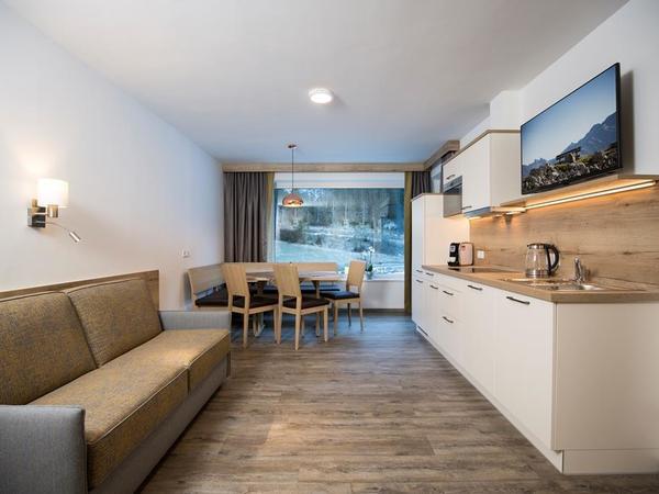 Küche mit Essecke und Sofa