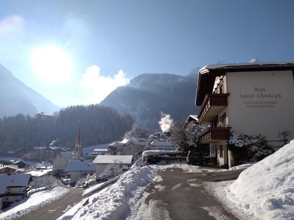 Winter Hausansicht mit Aussicht Dorf