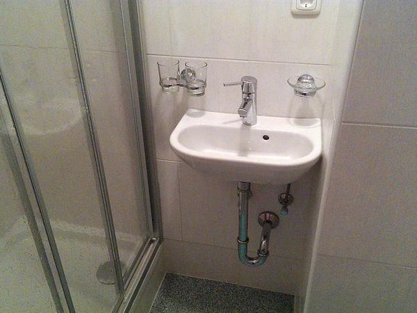 Dusche im Zimmer 1