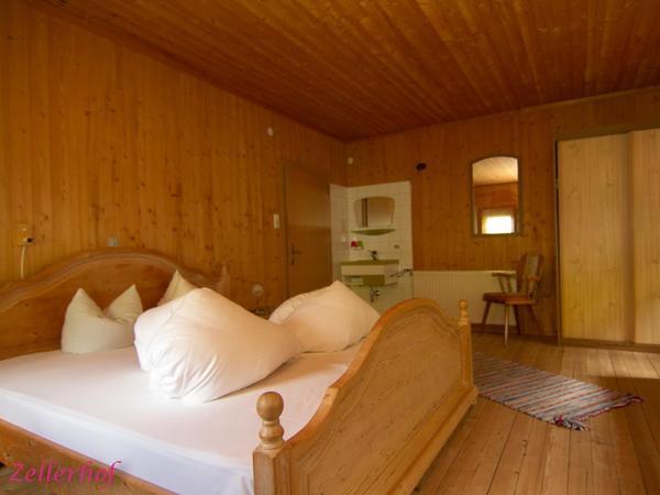 4 Bett Zimmer mit Waschbecken