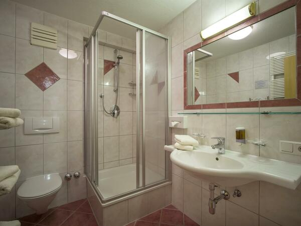 Familienzimmer_Lachsforelle_Badezimmer