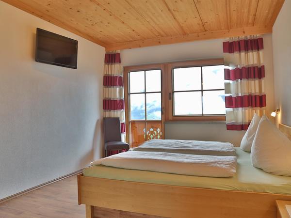 Dreibettzimmer Fenster TV