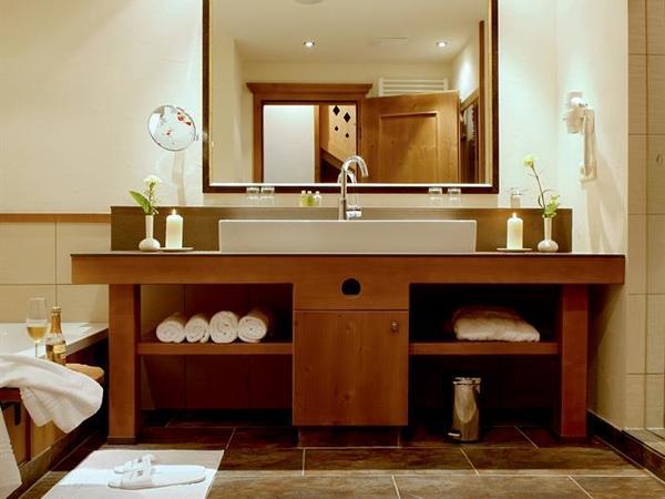 Badezimmer mit begehbarer Dusche und Badewanne