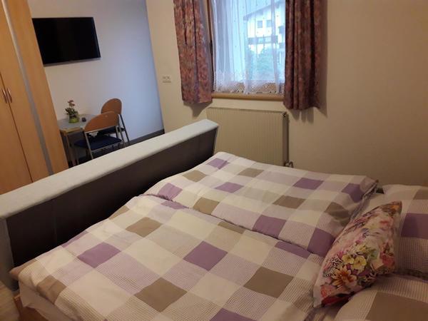Schlafzimmer mit Sofa / SAT-TV