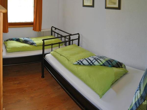 schlafzimmer mit 2 einzelbett