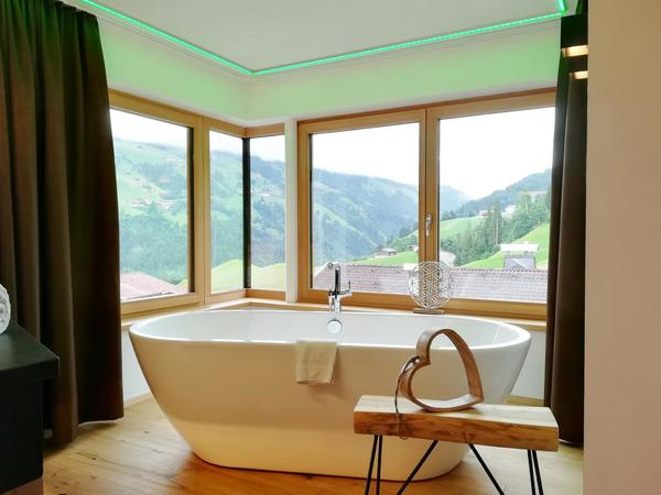 Freistehende Badewanne mit Rundumblick