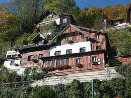 Haus Gummerer in Hallstatt am Oberen Weg mit Blick zum Hallstättersee (© Annemarie Gummerer)
