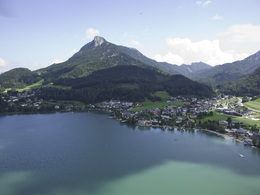 View onto the village Fuschl am See in Summer (© sky-blue Salzburg)