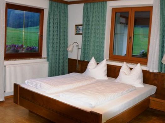 Schlafzimmer mit Doppelbett, Nachtkästchen mit Lampen. (© Pöllmann)