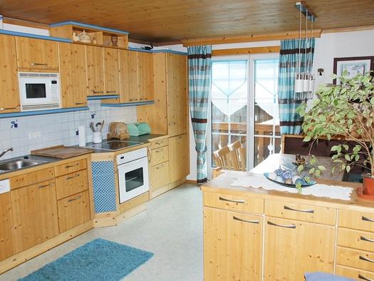 Voll ausgestattete Küche der Ferienwohnung Gosaukamm (© Manuela Sommerer)