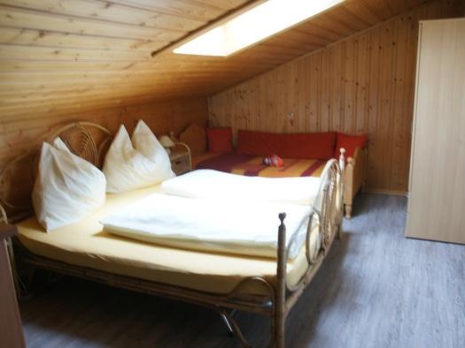 Eines der beiden Mansarden Schlafzimmer der Ferienwohnung Schlosspark (© Manuela Sommerer)
