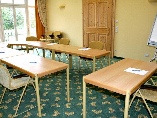 Tische und Stühle mit Flipchart. (© Eichinger)