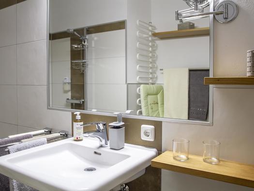 Bad mit Dusche und WC, barrierefrei (© Gästehaus