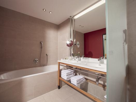 Badezimmer Panorama Suite (© Villa Seilern Betriebs GmbH, www.villaseilern.at)