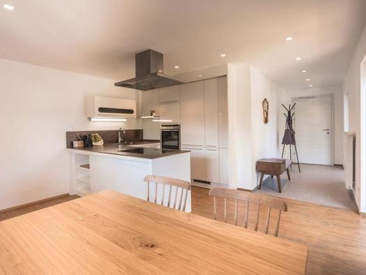 Appartement am See Küchenzeile. (© Edenberger)