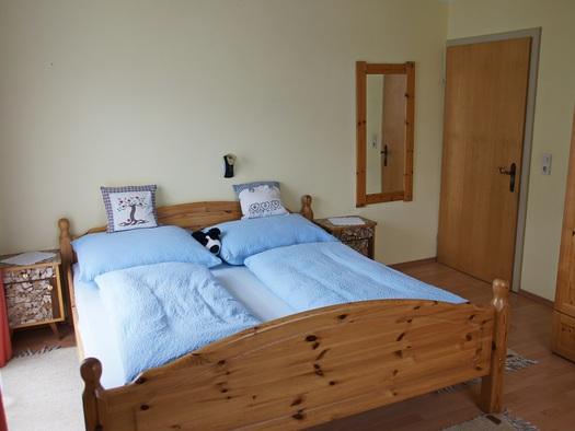 Eines der beiden Schlafzimmer mit Doppelbett der Ferienwohnung Gosaukamm (© Manuela Sommerer)