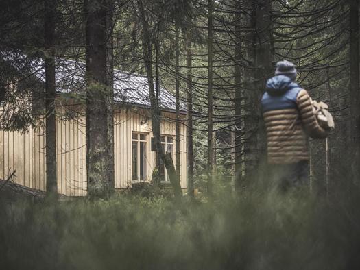 Weg durch den Wald zur Hütte (© Ramenai Das Böhmerwaldlerdorf)