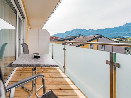 Tisch mit 2 Stühlen mit Blick in die Berge. (© Hotel Krone)