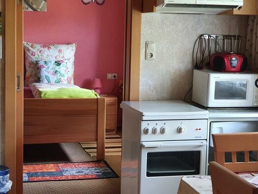 Küche mit Blick ins Schlafzimmer (© Ferienwohnung Mariandl | Maria Felhofer)