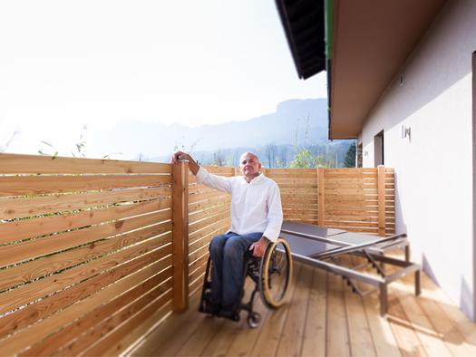 Person im Rollstuhl, Balkon. (© Ellmauer)