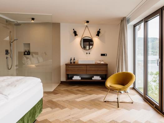 Schlafzimmer mit Dusche Seehotel Das Traunsee (© www.dastraunsee.at)