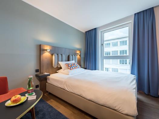 Standardzimmer mit Queensize Bett links - groß auf