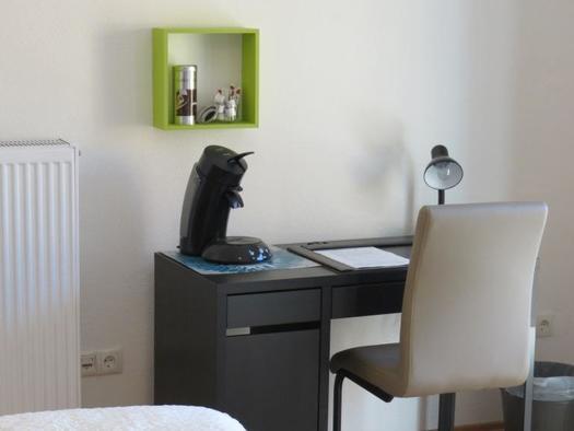 Schreibtisch mit Kaffeemaschine und USB