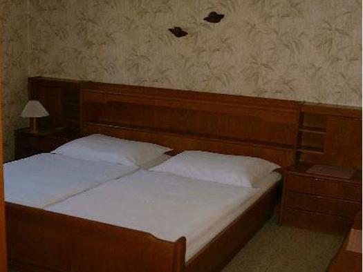 Doppelschlafzimmer, obere Wohnung (© Bergkristall)