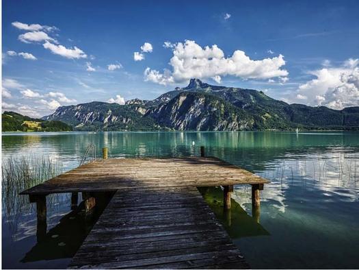Blick auf den Steg, See, im Hintergrund der See und die Berge. (© Hotel Seehof)