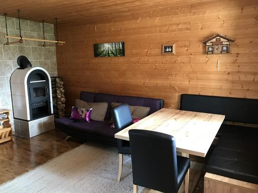 Wohnzimmer mit Kamin und Essbereich (© Haus Stadlau)