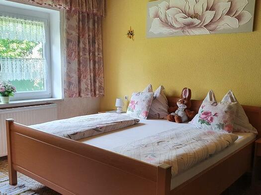 Doppelbett im Mehrbettzimmer (© Ferienwohnung Mariandl | Maria Felhofer)