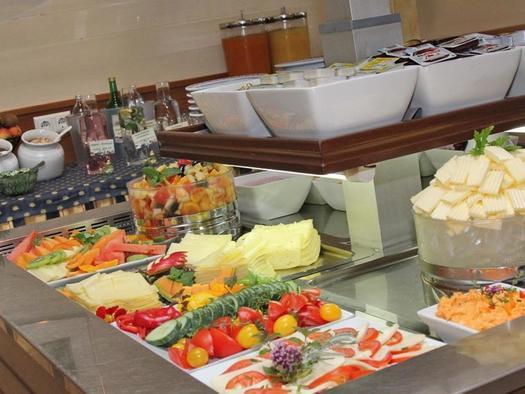 Frühstücksbuffet im Hotel Alexandra (© Hotel Alexandra & Bayrischer Hof)