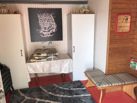 Vorraum mit Garderobe Apartment Mühltalblick (© Haus Stadlau)